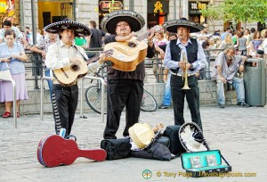 Entertainment on Puerta del Sol