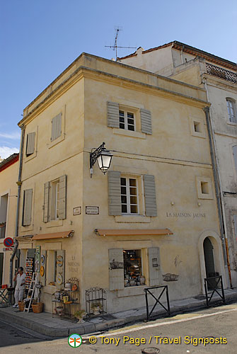 La maison jaune at 1 rond point des arenes for Maison de la literie nimes