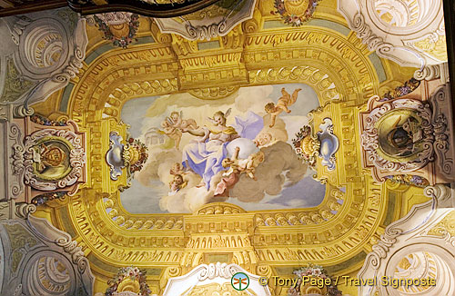 In the center of the ceiling a female figure is recognisable. She is the allegory of Faith