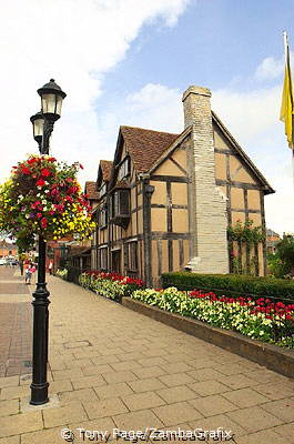 His father John was a glovemaker and wool merchant[Stratford-upon-Avon - England]