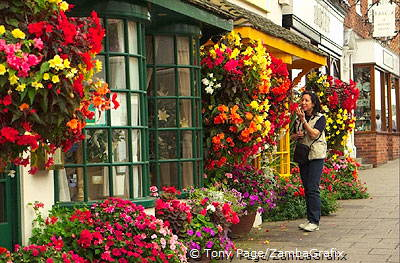 Colourful flower displays on one of Stratford-upon-Avon's main streets [Stratford-upon-Avon - England]