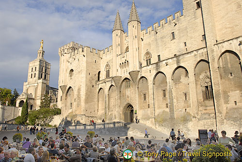 Restaurants next to the Palais des Papes