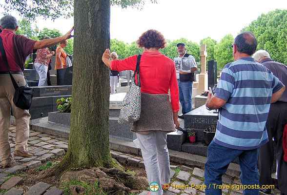 Fans of Edith Piaf visiting her grave