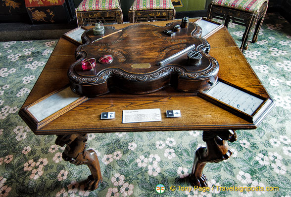 Table aux quartre encriers - Table with four inkwells