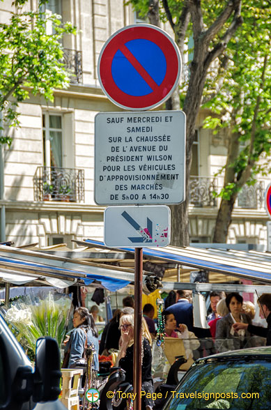 Traffic sign for market days on Avenue du Président Wilson