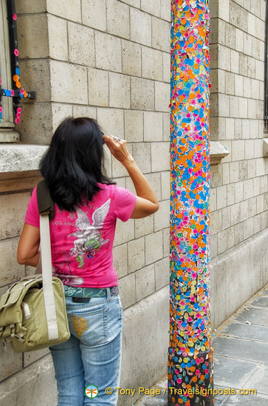 A column decorated with colourful museum visitor badges