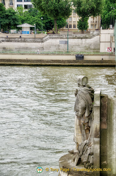 When the Seine water reaches the feet of the Zouave, the embankment footpaths are closed.