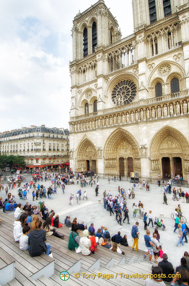 Viewing platform in front of the Notre-Dame de Paris