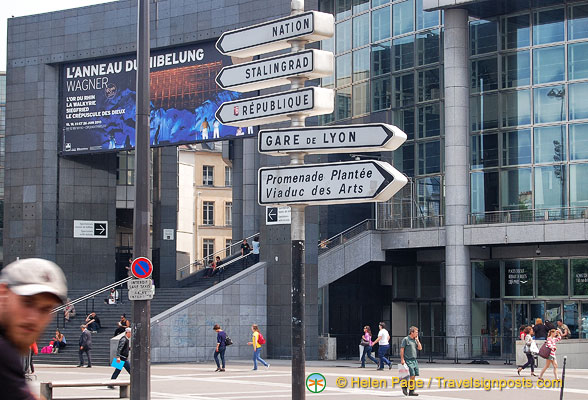 Signpost in front of the Opéra  Bastille