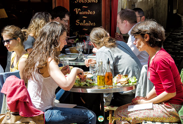 Lunchtime at rue Mouffetard