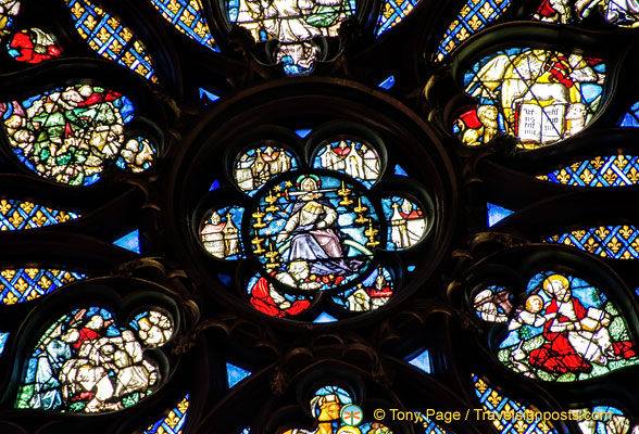 Close-up of the rose window. In the centre is Christ returned to judge the dead and the living