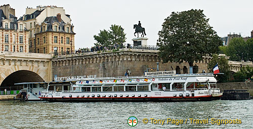 River boat going under Pont Neuf
