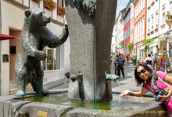 Oi lady, the sign says 'kein trinkwasser' - this water's not for drinking!