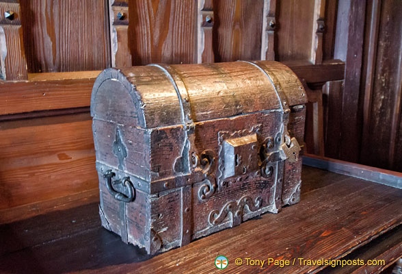 Marksburg - Gothic chest in the Great Banqueting Hall