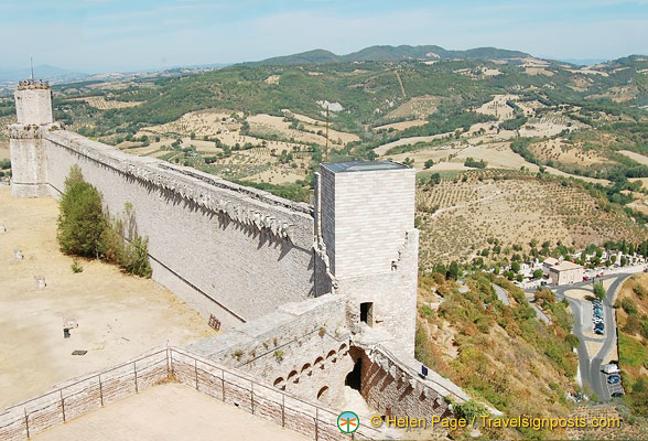 Long wall linking the tower to the castle