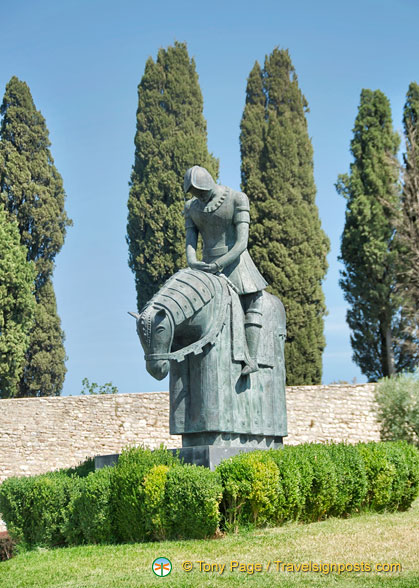 Sculture of St Francis returning to Assisi