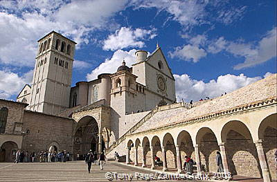 Its upper and lower churches were decorated by notable artists of the time including Giotto's frescoes on the Life of St Francis