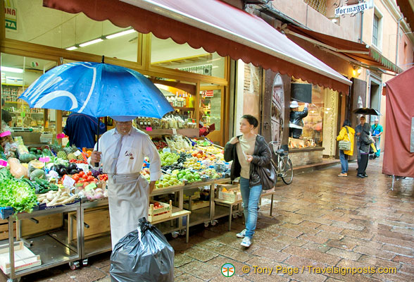 Food shops in via Pescherie Vecchie
