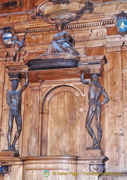 The Cattedra del Lettore (teacher's desk) is flanked by two statues of Spellati (skinned men).
