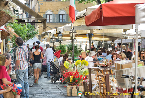 There are many cafes and restaurants on Piazza Santo Spirito