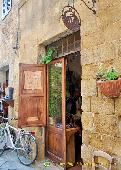 Bottega Artigiana del Cuoio, a great leather shop in Pienza