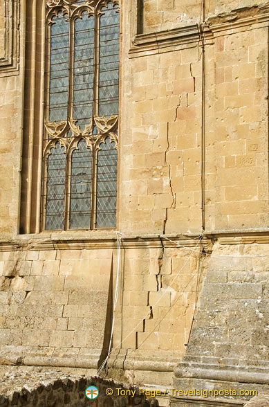 A deep crack in the rear wall of Pienza duomo