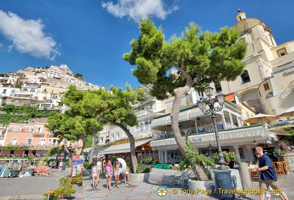 Shops, cafes and restaurants along the Positano beachfront