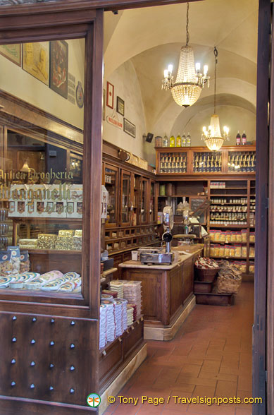 Antica Drogheria Manganelli, the upmarket food shop in Via di Città