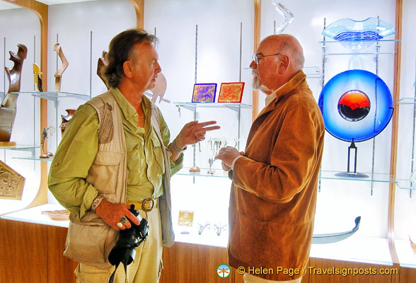 Tony discussing the art pieces with the President