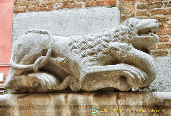 Lion bearing a snake over the entrance of Chiesa San Polo