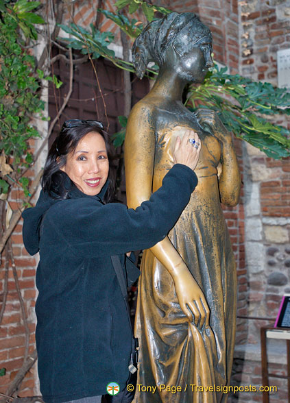 Stroking the right breast of Juliet for good luck