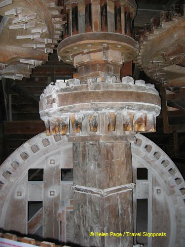 Rotating cog operates an adjacent wheel to transmit power