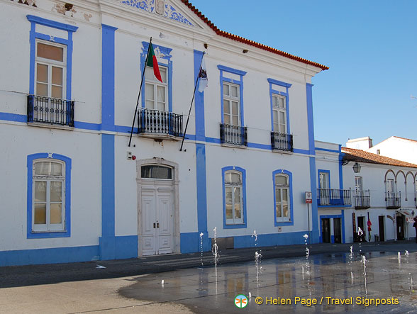 Arraiolos Town Hall with a dancing fountain in front of it