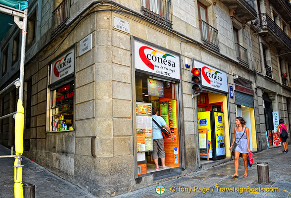 Conesa is on the corner of Carrer de la Llibreteria and Carrer del Paradis
