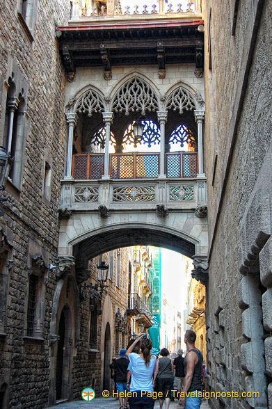 Modern Gothic-style bridge which connects the Palau de la Generalitat with the Canons' Houses.
