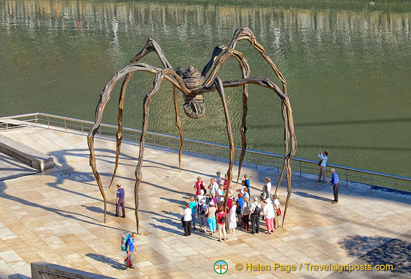 A group stopping under Maman the spider