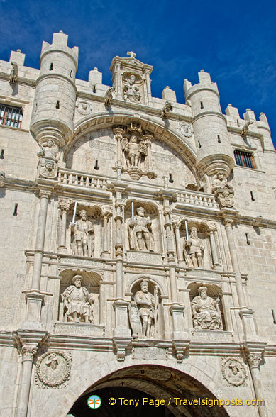 A close-up of the statues on the Arco de Santa Maria