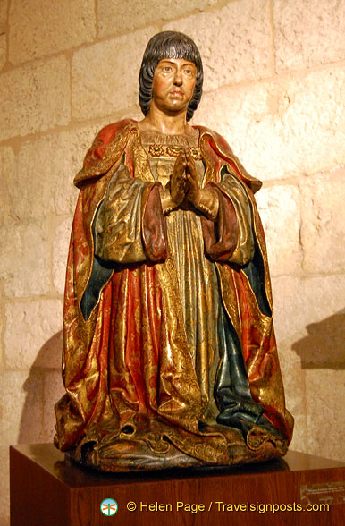 Sacristy Museum: The praying statue of King Ferdinand next to the Passion Altarpiece