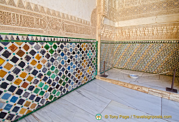 Patio de los Arrayanes: Details of the tiles and wall decoration