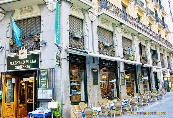 Maestro Villa Sidreria, one of the many restaurants on Calle Cava de San Miguel