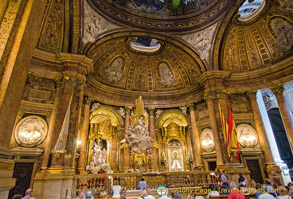 Basilica del Pilar:  View of the Holy Chapel