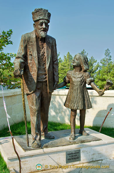 Statue of the oldest First World War Turkish veteran and his great-great-granddaughter