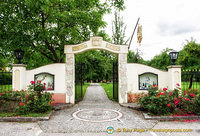 The grand entrance of Weingut Mang