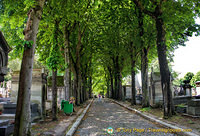 The paved avenue of Père-Lachaise