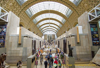 Grand central aisle, on the ground floor, of the Musée d'Orsay, guarded by the Statue of Liberty