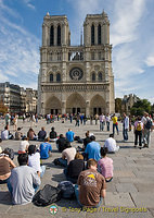 Art students sketching the Notre-Dame