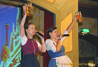 Singing the Hofbräuhaus song