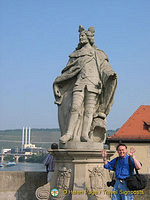 Tony next to Frankish King Pipinus, father of Charlemagne, on the Alte Mainbrücke