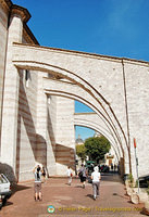 Three large flying buttresses strengthen the left side of Santa Chiara