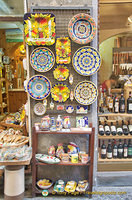 Ceramic and gift shop along Via del Duomo